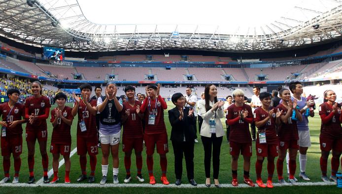 De speelsters en staf van Thailand groeten hun supporters.