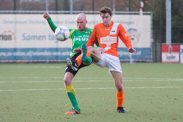 Yannick Theloesen van BVC'12 (links) in duel met Vince Alberts van Orion.