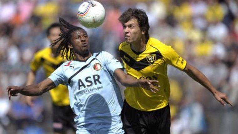 Georginio Wijnaldum (L) van Feyenoord in duel met Ferry de Regt (R) van VVV-Venlo. ANP Beeld