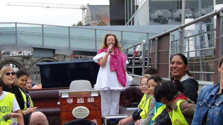 Marina nam al zingend afscheid van haar 'haar' leerlingen op een boot op de Dijle.