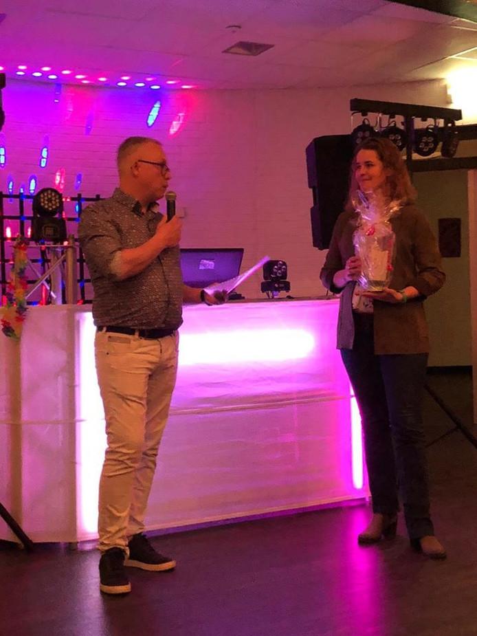 Wijkvoorzitter Marcel Otter zet Marjolein Reine in het zonnetje op de jaarlijkse vrijwilligersavond in het kulturhus Kruidenwijk.