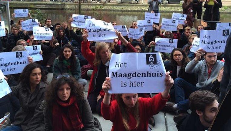 Protesterende studenten en docenten buiten het Maagdenhuis. Beeld Lorianne van Gelder