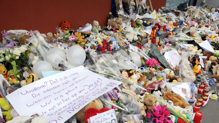 Bloemen en knuffels voor kinderdagverblijf Fabeltjesland na het bloedbad Beeld AFP
