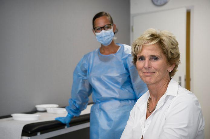 Liever vaccineert en adviseert directeur Marjo Overbeek van Travel Health Clinic reizigers die de wereld verkennen. Met covidtesten houdt ze het bedrijf op de been.