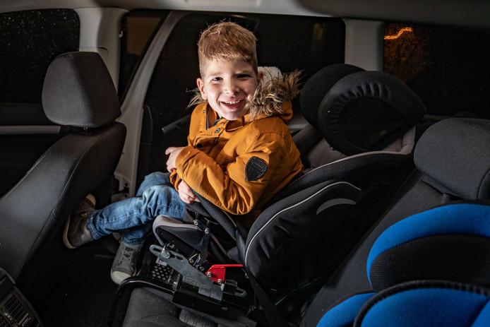 Sven komt langzaam maar zeker klem te zitten in een aangepast autostoeltje.