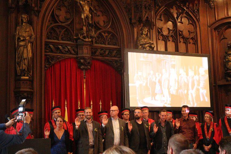 De ceremonie op het Brusselse stadhuis, met als vierde en vijfde in de rij de Tieltse brouwer Stijn David en Jef Pirens van d'Oude Maalderij.