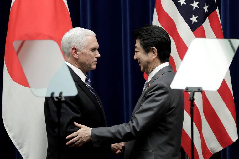 De Amerikaanse vicepresident Mike Pence en de Japanse premier Shinzo Abe tijdens een bijeenkomst in Tokio.