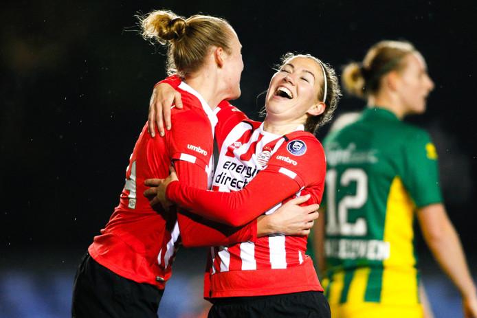 Lucie Akkerman (l) viert de goal met Mauri van de Wetering.