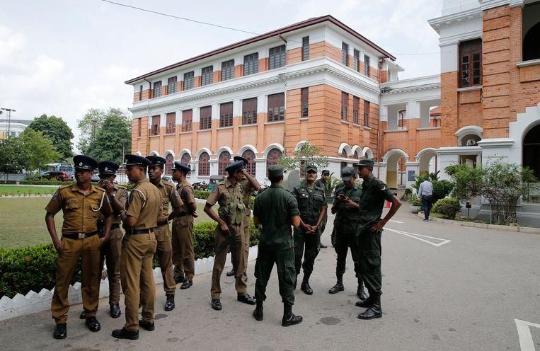 De politie van Sri Lanka doorzoekt op 5 mei een openbare school in Colombo, Sri Lanka.  Beeld AP