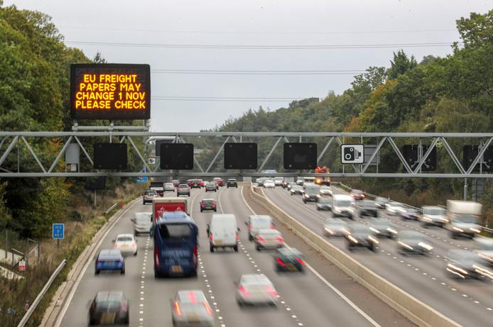 Een matrixbord boven de M3-snelweg van Londen naar Southampton waarschuwt voor een mogelijke verandering van vervoersdocumenten vanaf 1 november.