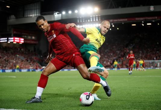 Virgil van Dijk houdt Teemu Pukki van de bal.