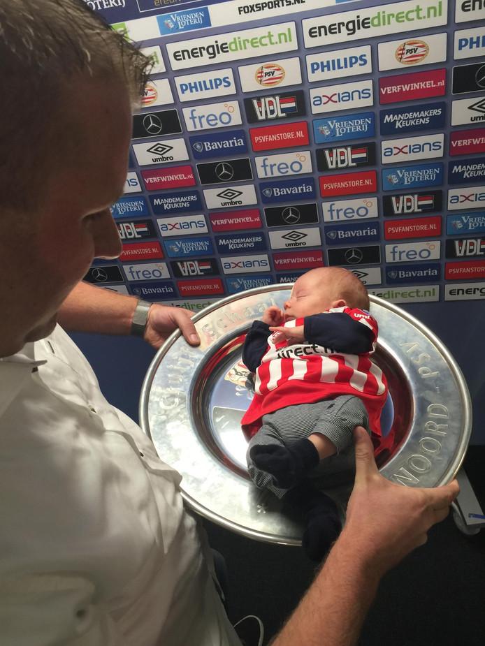 Bart Imming uit Knegsel deed voorzichtig zijn zeven weken oude zoontje Daan op de Johan Cruyff-schaal leggen