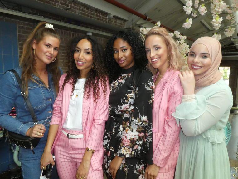 De bloggers/influencers/youtubers en combinaties daarvan: Carmen Leenen, Larissa Bruin, Lakeysha Dhanai, Dyonne Bakker en Yasmine Berrag. Beeld Hans van der Beek