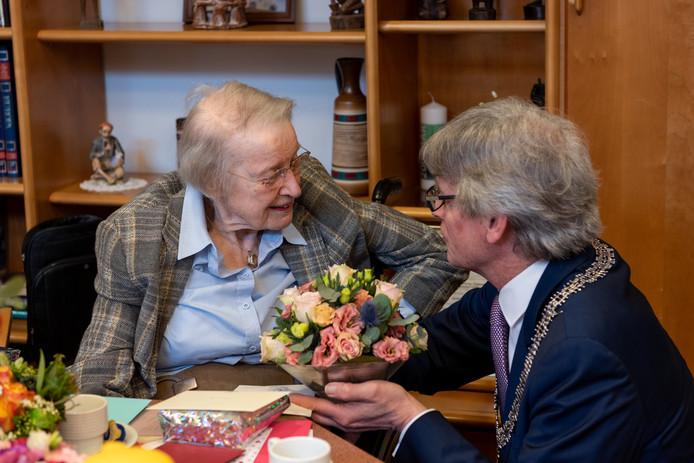 """Zuster Annelies,  100 jaar: """"Wat heerlijk al die vrienden en familie op bezoek, en ook de burgemeester nog, ik ben helemaal vereerd. ''"""