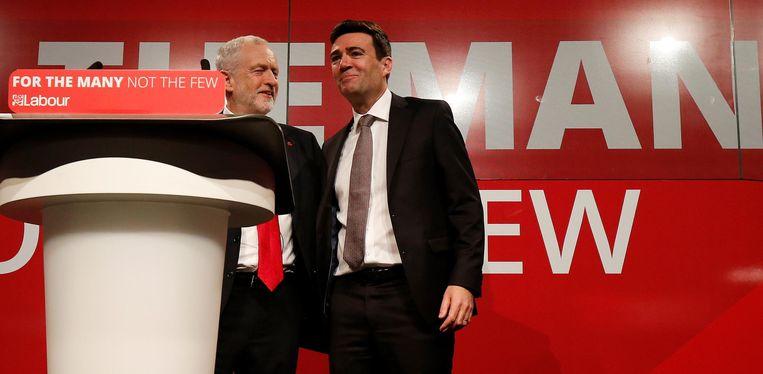 De burgemeester van Manchester (rechts). Beeld reuters