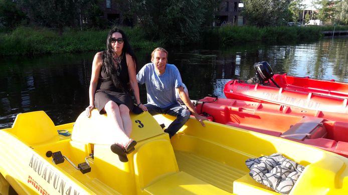 Birgit en Marcel op de bootjes die er niet meer mogen liggen.