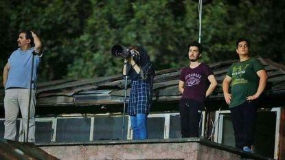 Iraanse journaliste mag geen foto's maken bij voetbalwedstrijd mannen, dus verzint ze een creatieve oplossing