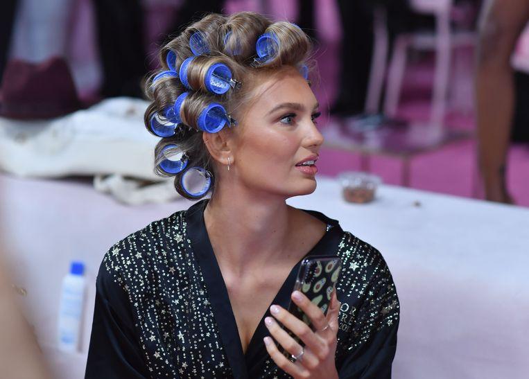 Romee Strijd uit Nederland laat haar haren krullen.