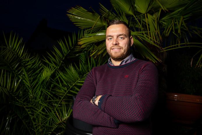 Jeroen Roelse bij zijn olijf- en palmbomen.