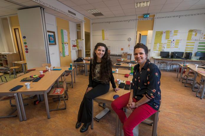 Kawsar Hussein (links) assisteert in het onderwijs in Aalst. Rechts directeur Chrissy van de Kruijs van basisschool Ekenrooi. .