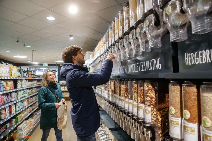 Roxanne en Jacco van Son proberen zo min mogelijk plastic te gebruiken en doen een deel van hun boodschappen daarom bij Het Geheim in Roosendaal, waar ze bij de bulkwand zelf hun pasta, rijst, hagelslag of havermout kunnen 'tappen', in herbruikbare tasjes die ze van thuis meenemen.