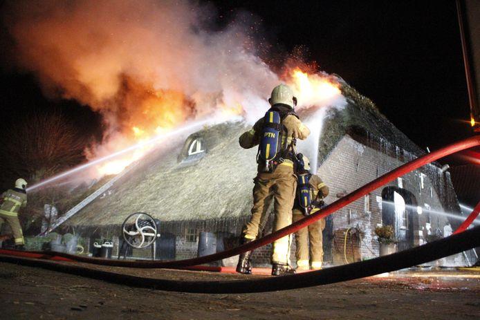De brand begon in de schoorsteen en sloeg toen over naar het rieten dak.
