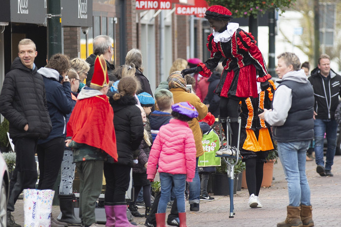 De intocht van Sinterklaas was goed geregeld, maar in het dorp was weinig aankleding te vinden. Een enkele ondernemer heeft pakjes of vlaggetjes in de etalage.