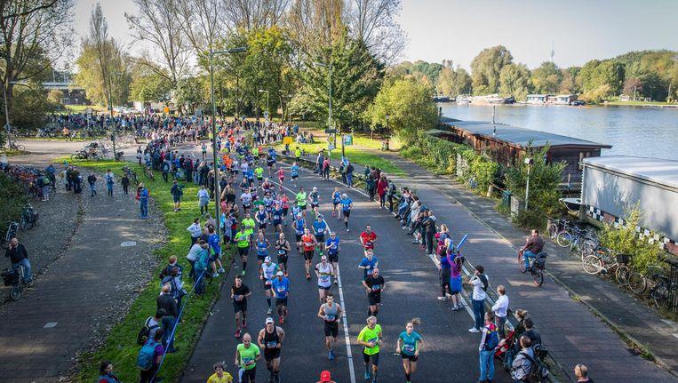Deelnemers rennen onder de Utrechtse Brug door. Hier kun je de Amstel afsnijden Beeld Dingena Mol