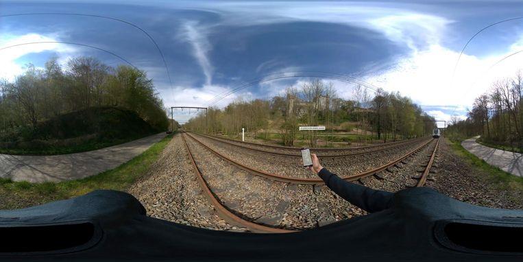 In het filmpje lijkt het voor de leerlingen alsof ze echt de treinsporen oversteken.