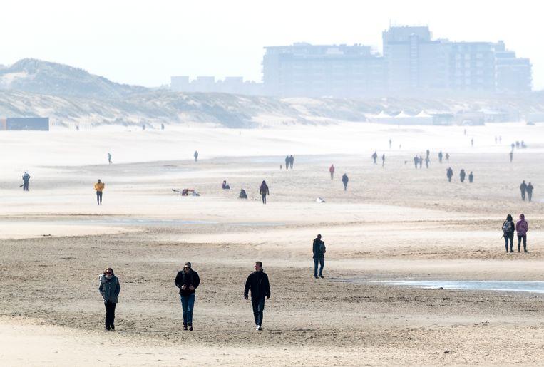 Op het strand bij Duindorp houden de meeste wandelaars zich keurig aan de anderhalve meter afstand. Beeld ANP
