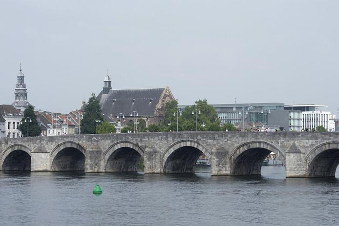 De Sint Servaasbrug, een 13e eeuwse stenen boogbrug over de rivier de Maas.