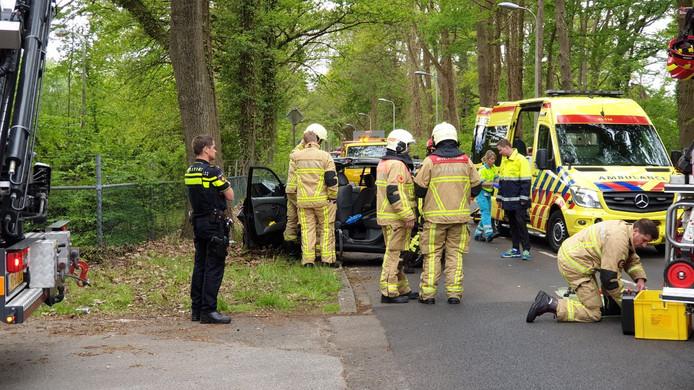 De automobilist moest door de brandweer uit zijn auto worden geknipt