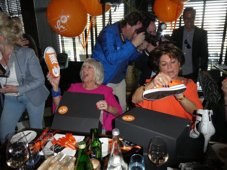 Zangeres Willeke Alberti en zakenvrouw Christine Kroonenberg zijn traditioneel blij, dit jaar met oranje gympen. Fotograaf Edwin Smulders legt elders vast. Beeld Hans van der Beek