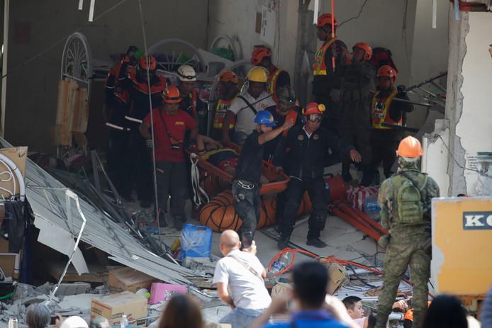Hulpdiensten halen slachtoffers onder het puin van een ingestort gebouw in de stad Porac.