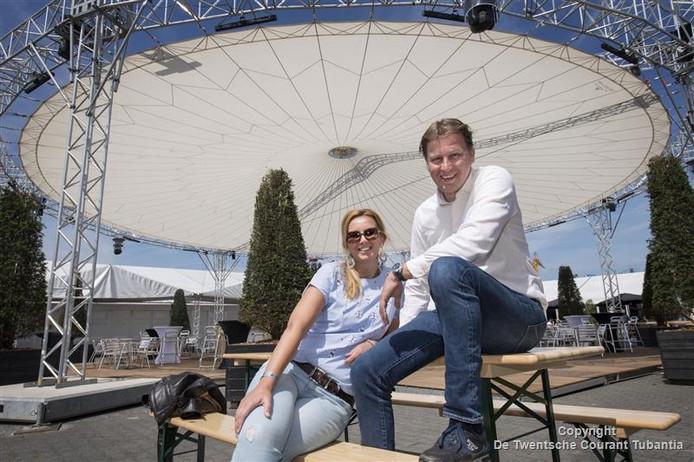 Rob Maathuis en zijn zus Daniëlle in het strodorp onder de nieuwe open air. Het duo vormt het dagelijks bestuur van CSI Twente.
