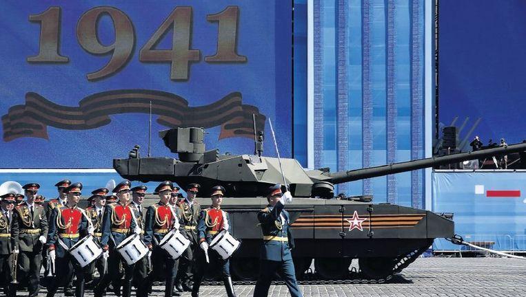 Een militair orkest marcheert langs een tank tijdens de generale repetitie, gisteren, voor de Overwinningsparade op het Rode Plein. Beeld epa