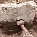 De grafsteen die is gevonden aan de Oude Haven in Nijmegen.