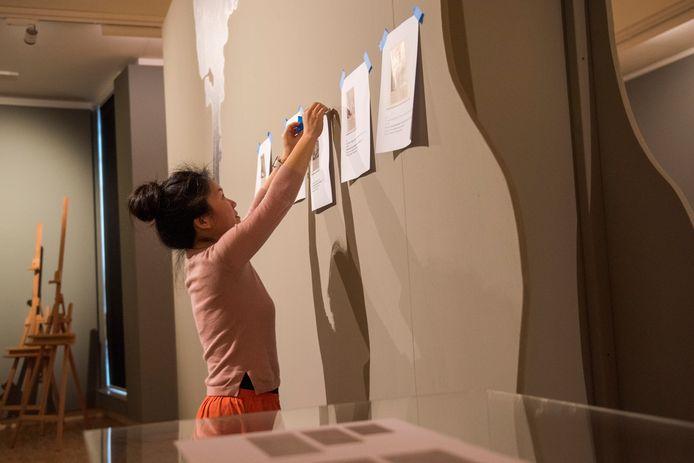 Gastconservator Anna Koopstra heeft met printjes een indeling gemaakt voor de grote Lucas Gassel-tentoonstelling die vanaf 10 maart te zien is in Museum Helmond.