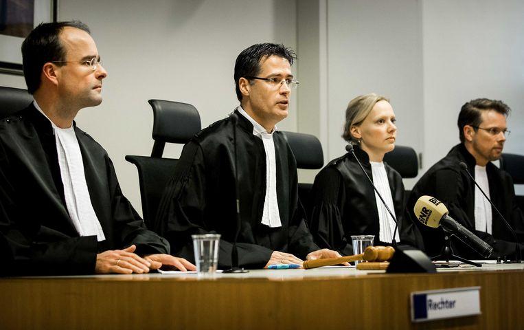 De rechters Veenstra, Den Otter (voorzitter), Nootenboom en griffier Veldhuizen (vlnr) voor aanvang van de uitspraak in de moordzaak-Koen Everink.  Beeld ANP