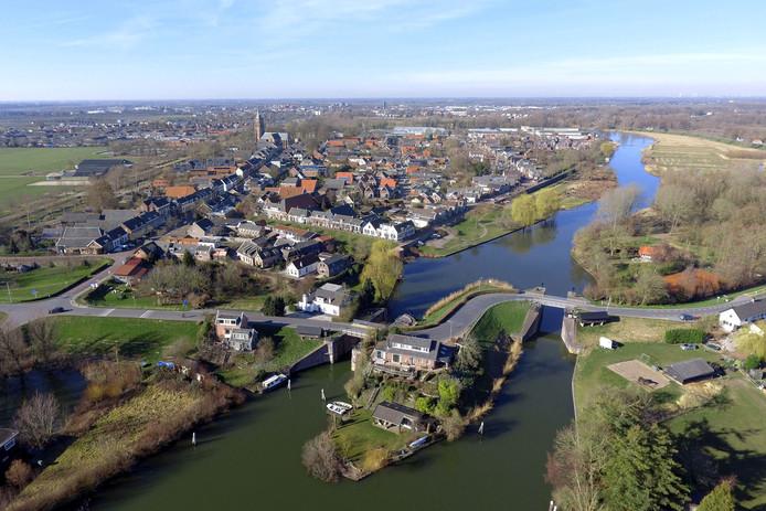 Het stadje Asperen ligt langs de Linge. Op de voorgrond zijn de Lingesluizen te zien.