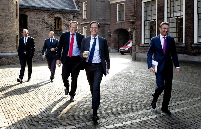Sybrand Buma (CDA), Pieter Heerma (CDA), Mark Rutte (VVD) en Halbe Zijlstra (VVD) komen aan op het Binnenhof voor de voorzetting van de formatiegesprekken