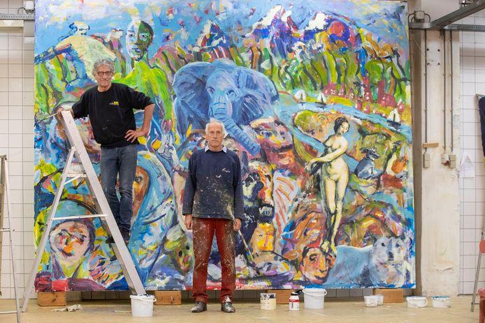 Jan Pieter Bode (links) en Roel Schweitzer bij het 'wereldschilderij'.