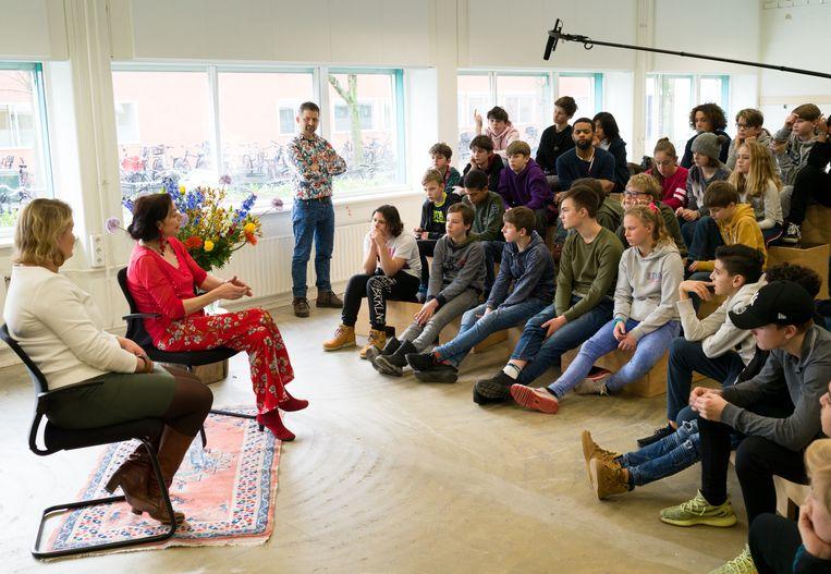 Anne Marie van Veen bezoekt een middelbare school in Amsterdam-Noord om leerlingen te wijzen op de gevaren van roken. Beeld Ivo van der Bent