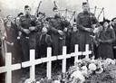 The Black Watch of Canada treedt op bij de begrafenis van gesneuvelde Canadese bevrijders.