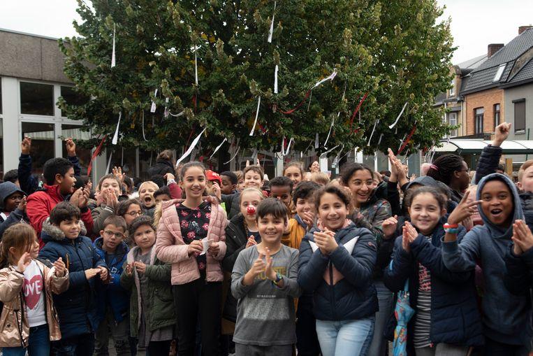 Applaus voor de wensen in de wensboom bij de start van de Rode Neuzen actie op Gertrudis Basisschool in Wetteren.
