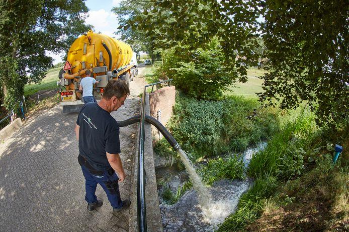 Waterschap Rijn en IJssel pompt water in een vervuild deel van de Boven Slinge, vlakbij de grens Nederland-Duitsland.