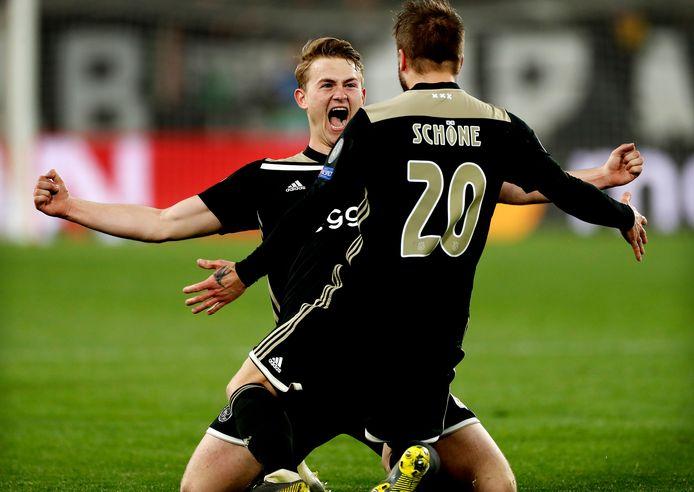 De Ligt en Schöne vieren het succes van Ajax.
