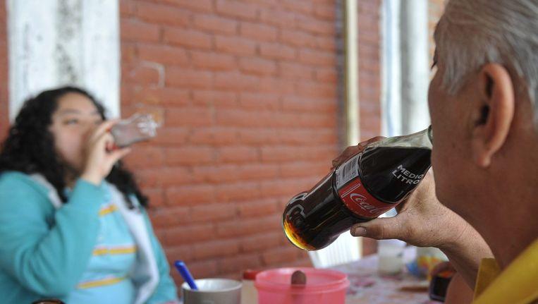 Mexicanen drinken suikerhoudende dranken. In de strijd tegen obesitas en diabetes heeft Mexico een belasting op suikerhoudende dranken ingevoerd. Beeld epa
