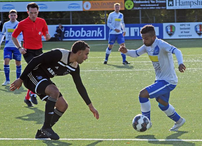 Jonathan Constansia in actie namens Hoek tijdens het thuisduel met Ajax. De middenvelder gaf zaterdag een assist, maar kon een nederlaag niet voorkomen.