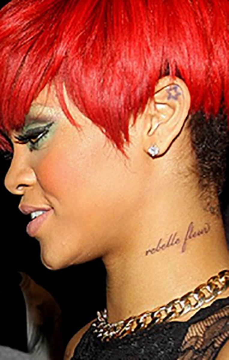 Rihanna koos voor de Franse woorden 'Rebelle Fleur', die eigenlijk geen enkele betekenis hebben